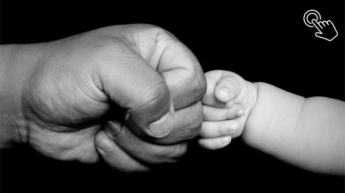 Baba ile bebeğin yumruk dokunuşu